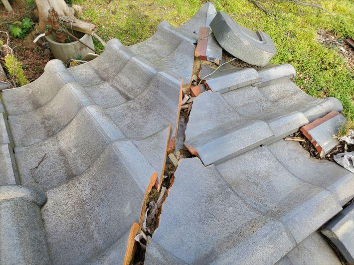 瓦屋根の棟が崩れて防水紙が露出