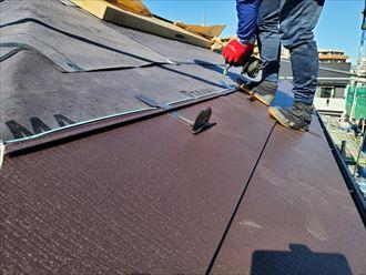 屋根カバー工事で雪止め設置の様子