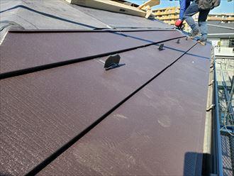 屋根カバー工事にてスーパーガルテクト設置の様子