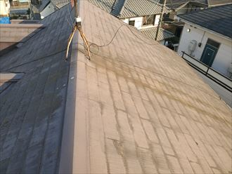 塗膜が剥がれたスレート屋根の調査の様子
