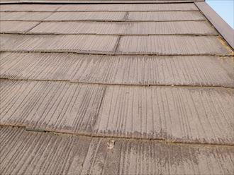 塗膜が剥がれたスレート屋根は防水性が低下しています