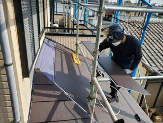 屋根カバー工事にて下屋根にスーパーガルテクトを重ねて設置していきます。
