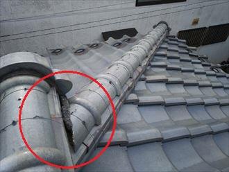 棟の継目の漆喰が剥がれています