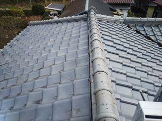 瓦屋根の漆喰調査の様子
