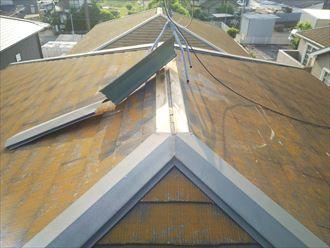 強風の影響により棟板金が剥がれてしまいました