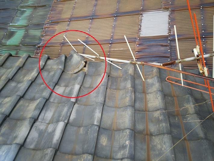 令和元年房総半島台風の影響でアンテナが倒れて軒瓦がずれた瓦屋根