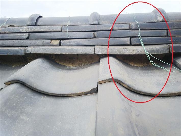 台風の影響で棟を固定している銅線が切れています