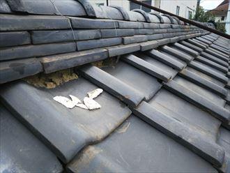 漆喰が剥がれた瓦屋根の棟