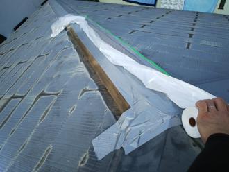 棟板金破損箇所から雨漏りが発生しないよう養生します