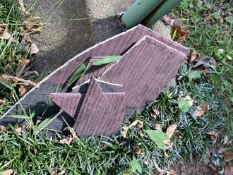庭先に落下したスレートの破片