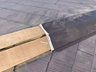 貫板を固定し棟板金を取り付ける