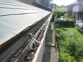 雨樋に汚れが溜まっている場合には清掃を行いましょう