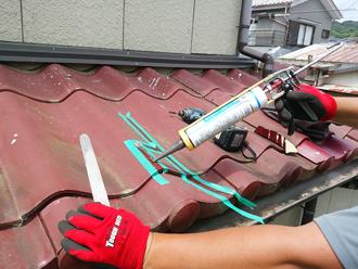シーリング材を充填してセキスイかわらのひび割れを補修