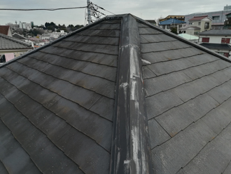棟板金の釘浮きを指摘されたスレート屋根