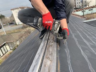 既存の棟板金と貫板を解体