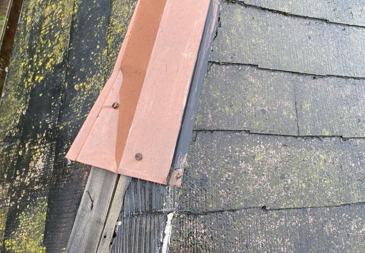 台風によって棟板金に飛散や変形などの症状が見られました