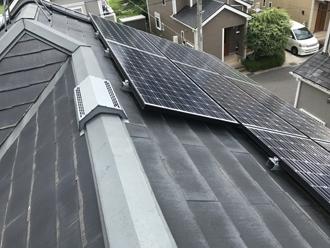 太陽光パネルが設置されたパミール屋根の調査
