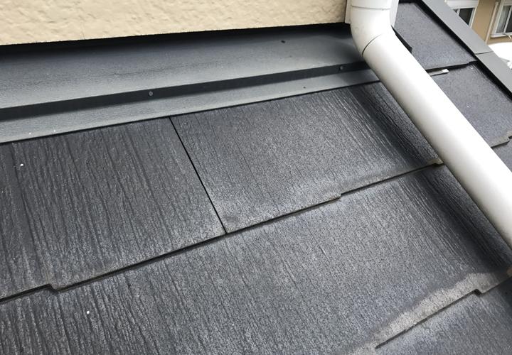 下屋根のパミールも白く変色し始めています