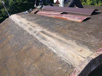 既存の棟板金と貫板を撤去