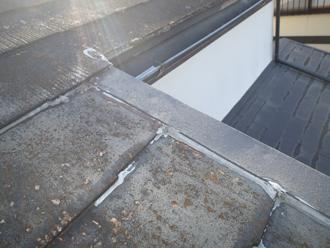 屋根の隙間にはシーリング材が充填されていました