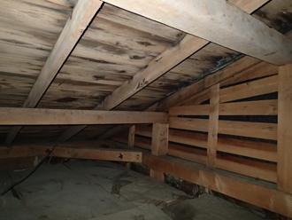 雨漏りによって小屋裏にはシミが出来ていました