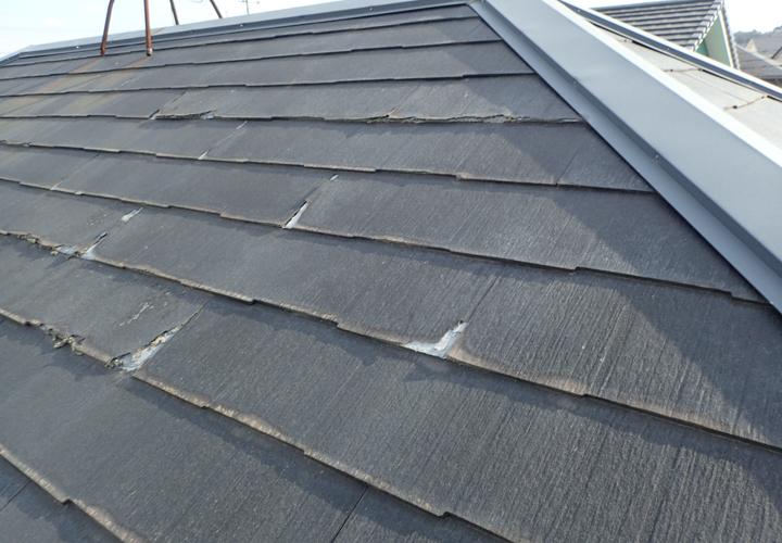 剥離や欠けが見られるこの屋根材はニチハのパミールです