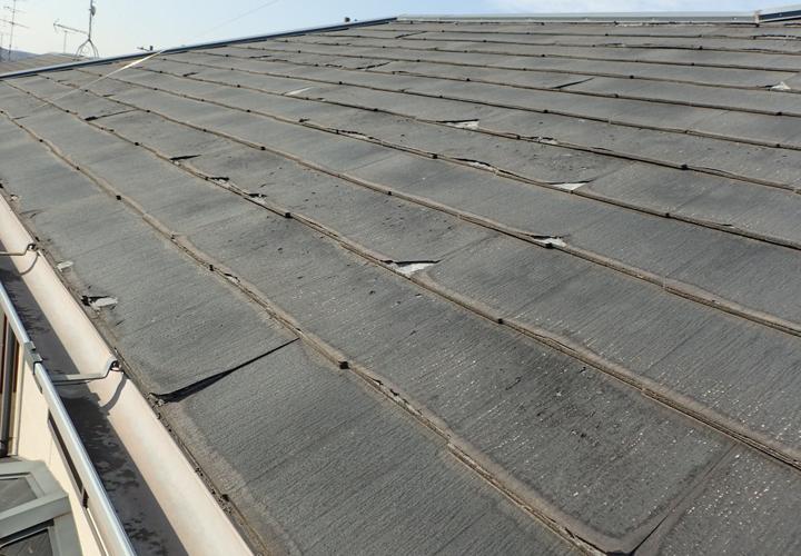 築12年になる邸宅のパミール屋根には剥離などの不具合が生じていました