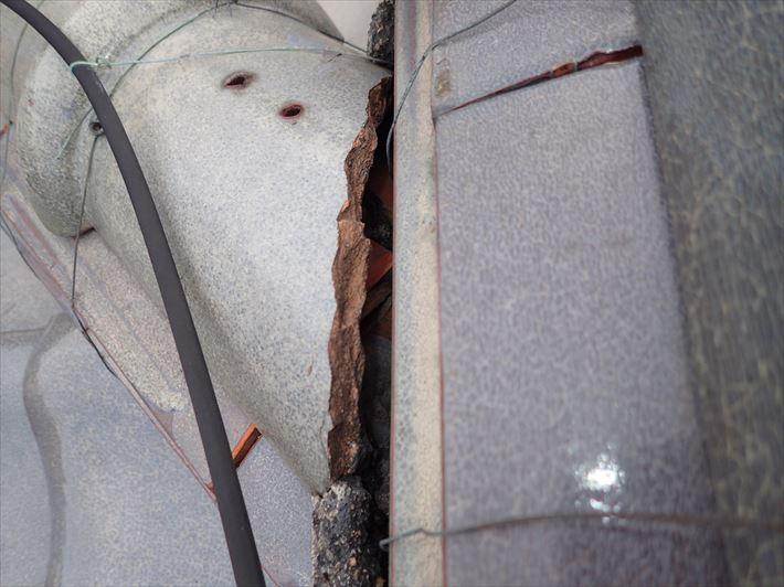棟の漆喰が剥がれてしまうと雨漏りに繋がります