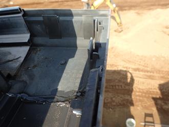 雨樋曲がり部分はコーキング材で補修