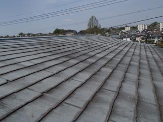 屋根カバー工事を検討している邸宅のスレート屋根
