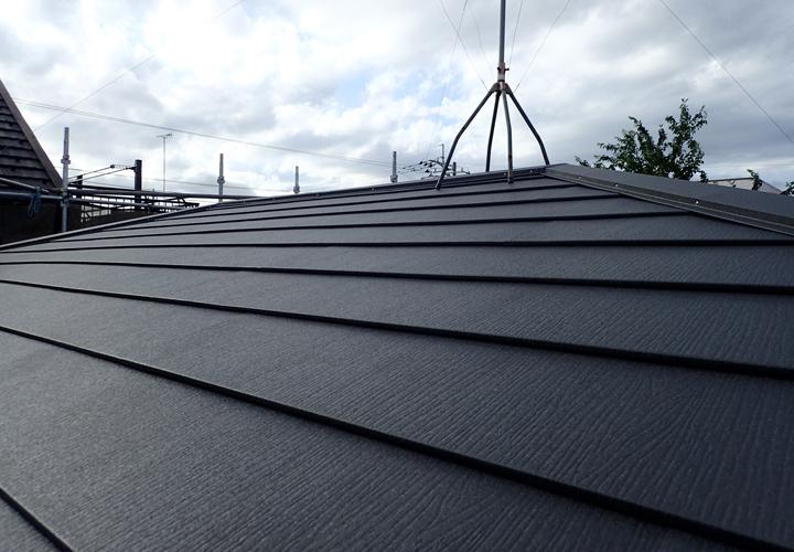 スーパーガルテクトのSシェイドチャコールで葺き替えた屋根