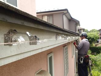 雨樋金具を取り付け水糸で傾斜を調節