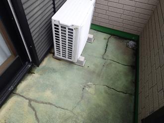 ベランダ床には色褪せと亀裂が目立ちました