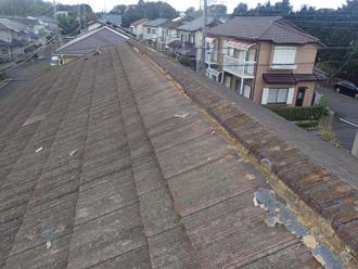 セメント瓦屋根の棟瓦が蛇行しています