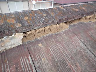 棟の土台である漆喰と葺き土が劣化し脆くなっています