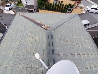 隅棟が飛散したスレート屋根