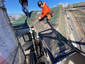 屋根葺き替え工事にて既存のスレートを解体撤去
