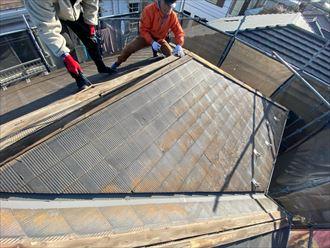 屋根葺き替え工事にて既存の棟板金を解体撤去