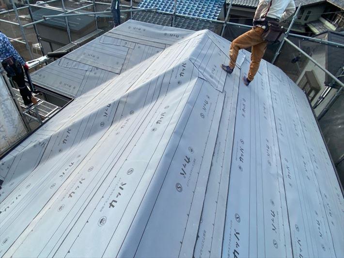 屋根葺き替え工事にてルーフィングを敷設