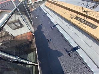 屋根葺き替え工事にて雪止めを2列設置します