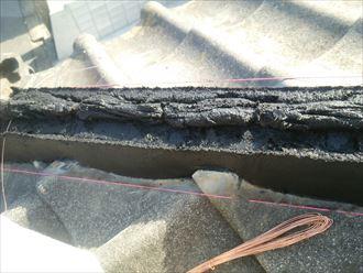 銅線を仕込みながら棟の土台を造ります