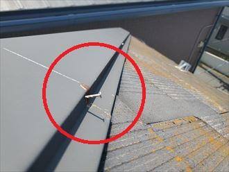 スレート屋根調査にて棟板金の釘浮きを発見