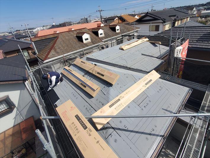 屋根葺き替え工事にてスーパーガルテクトを設置