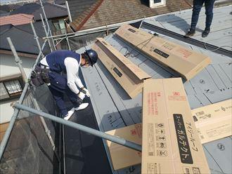 屋根葺き替え工事にてスーパーガルテクトを設置する様子