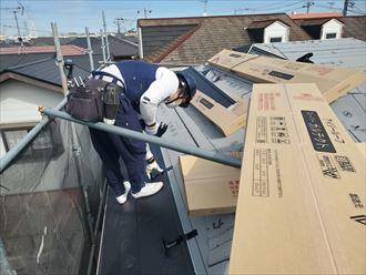 屋根葺き替え工事にて雪止め設置の様子