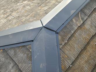 棟板金交換工事にて棟板金の継目にコーキング材を充填