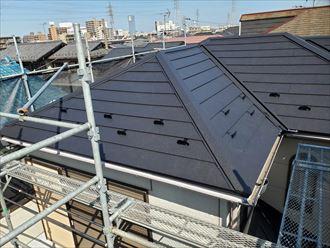 屋根葺き替え工事にて棟板金の設置が完了