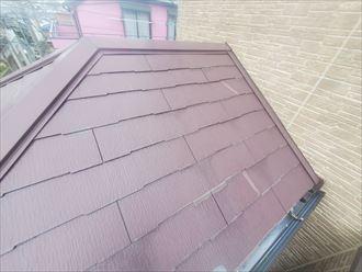 ひび割れが発生したスレート屋根の調査の様子