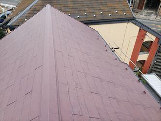 ひび割れが多数発生しているスレート屋根の調査