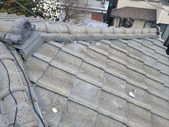 漆喰が剥がれている瓦屋根の調査